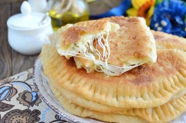 Фото к рецепту: Вкусные кутабы с сыром и зеленью