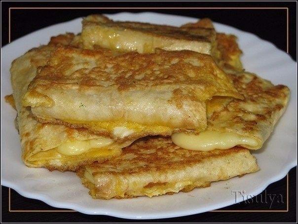 Фото к рецепту: Лаваш с сыром в яйце. завтрак за 5 минут.