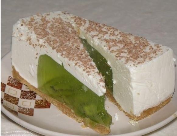 Фото к рецепту: Желейный тортик из киви и сметаны без выпечки