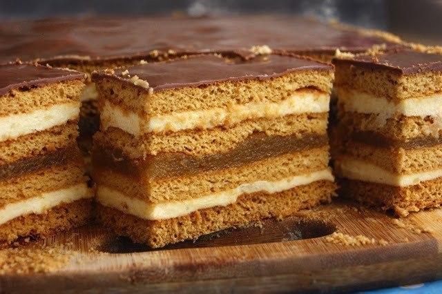 Фото к рецепту: Медовое пирожное с начинкой