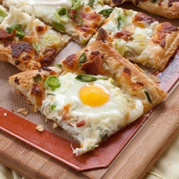 Фото к рецепту: Яичница на слоеном тесте на завтрак