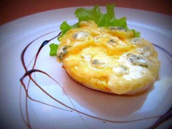 Фото к рецепту: Курица с ананасом под сырной корочкой.