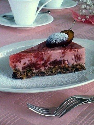 Фото к рецепту: Творожно-сливовый желейный торт без выпечки