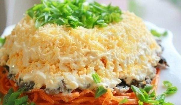 Фото к рецепту: Очень вкусный салат с корейской морковкой