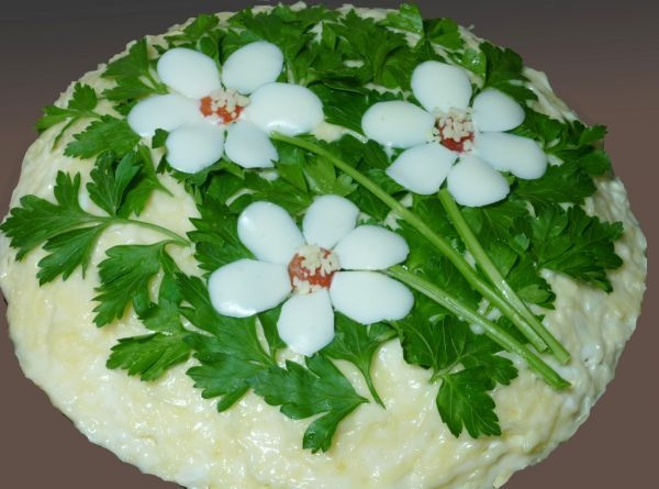 Фото к рецепту: Салат с корейской морковью и грибами Три цветка