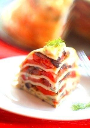Фото к рецепту: Блинный пирог с помидорами, грибами и сыром