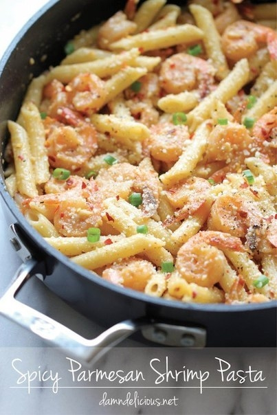 Фото к рецепту: Острая паста с креветками и пармезаном