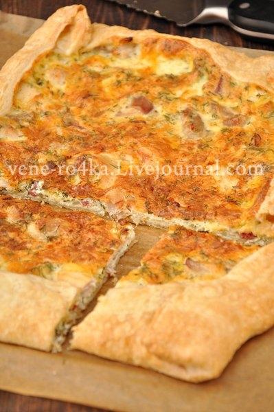 Фото к рецепту: Заливной пирог на слоёном тесте, с начинкой из курицы