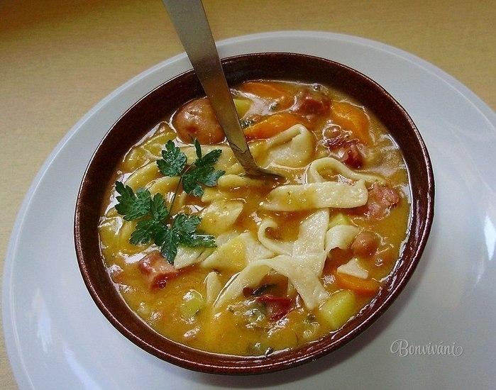Фото к рецепту: Фасолевый суп с домашней лапшой