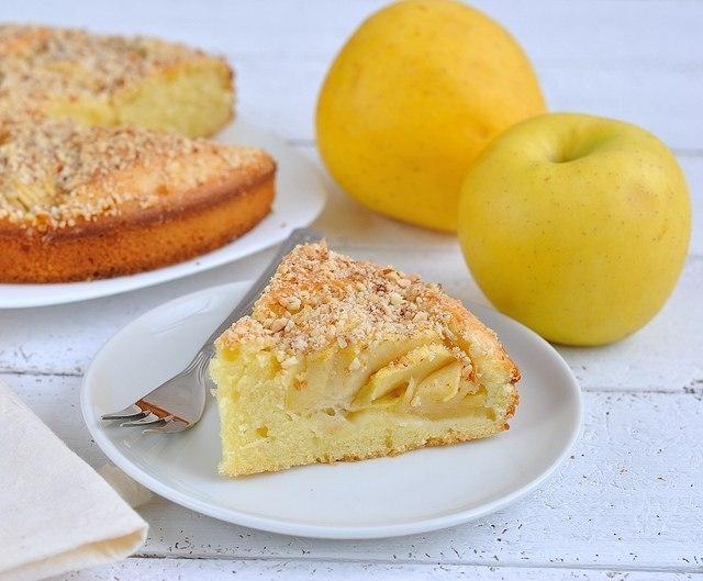 Фото к рецепту: Пирог с яблоками и орехами