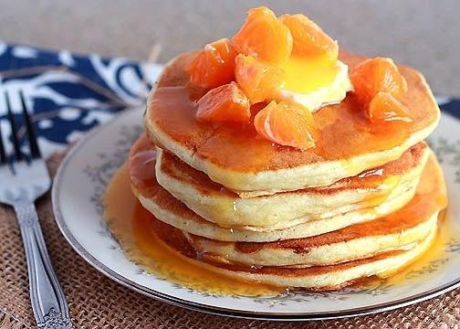 Фото к рецепту: Толстые блинчики с апельсиновым сиропом.