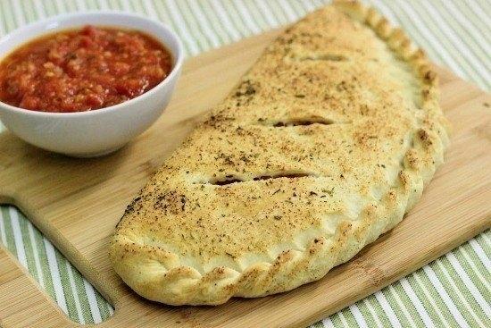 Фото к рецепту: Кальцоне с ветчиной и сыром под соусом маринара
