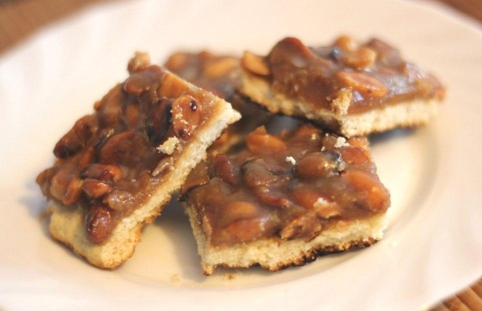Фото к рецепту: Карамельное печенье с арахисом