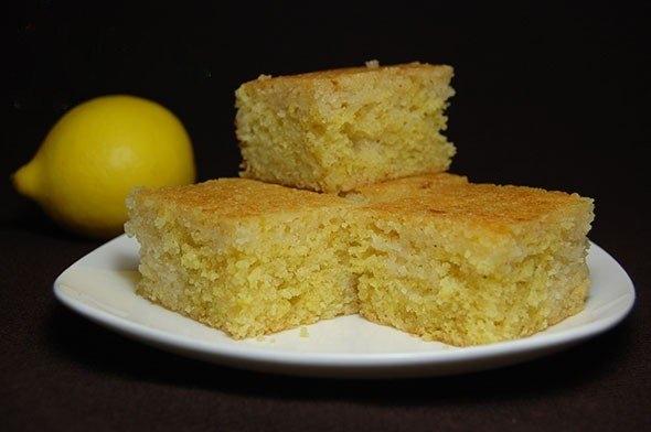 Фото к рецепту: Простой лимонный пирог из манки