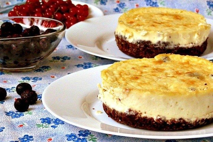 Фото к рецепту: Мини-чизкейки с черничным соусом