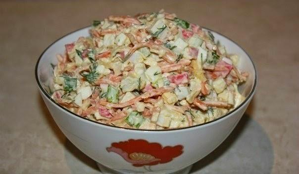 Фото к рецепту: Салат из крабовых палочек с корейской морковкой