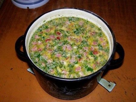 Фото к рецепту: Горячий сырный суп с колбасой