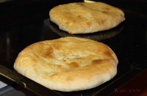 Фото к рецепту: Хачапури из домашнего слоёного теста