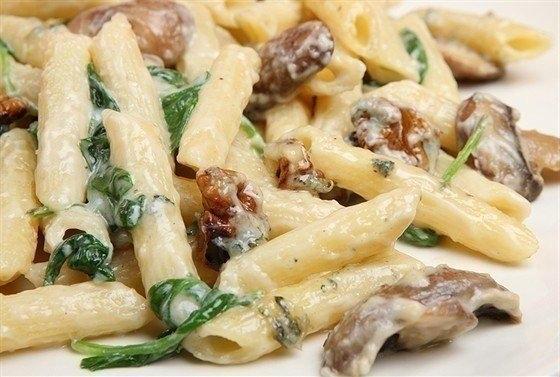 Фото к рецепту: Макароны с грибами и курицей