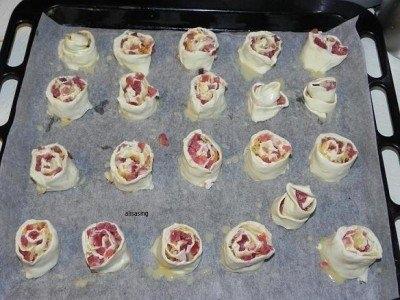 Фото к рецепту: Рулетики из слоеного теста с беконом и сыром
