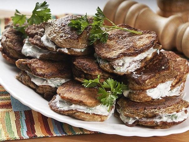Фото к рецепту: Печеночные оладьи в сметанном соусе