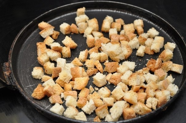 Фото к рецепту: Салат с чесночными сухариками