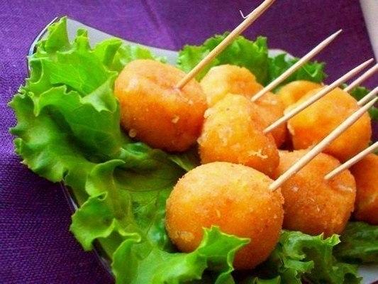 Фото к рецепту: Сырные шарики жареные с чесноком