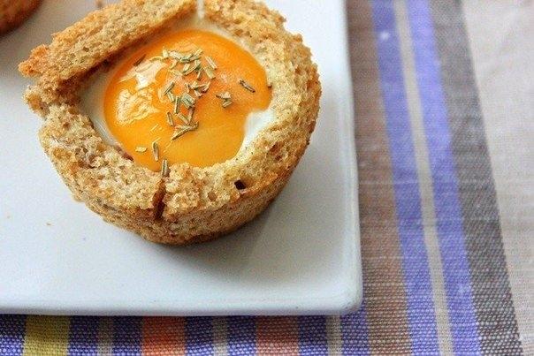 Фото к рецепту: Корзинки из цельнозернового хлеба с яйцом и беконом