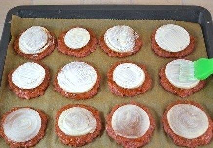 Фото к рецепту: Котлеты в духовке с овощами и сыром