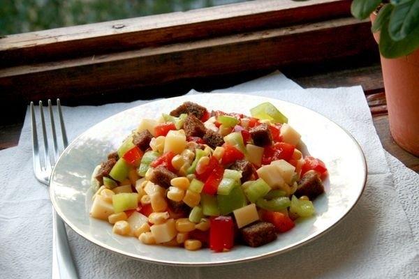 Фото к рецепту: Пёстрый салат из перца, сыра и кукурузы