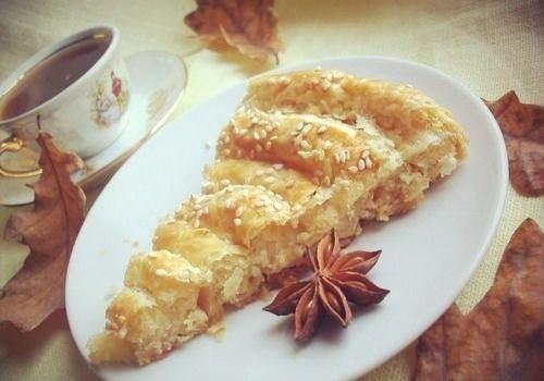 Фото к рецепту: Слоеный пирог с сыром.