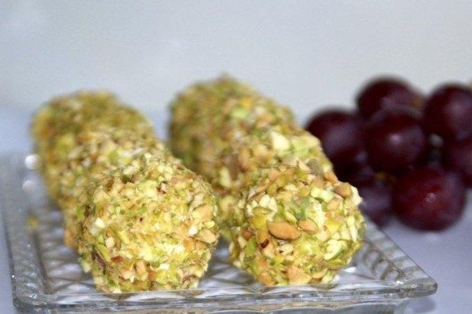 Фото к рецепту: Сырные шарики с виноградом