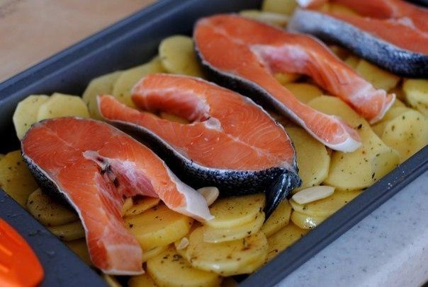Фото к рецепту: Форель под чесночным соусом, запеченая на картофельной подушке.