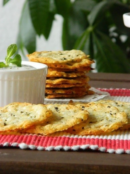 Фото к рецепту: Хрустящие сырные крекеры! 10 минут - 2 ингредиента