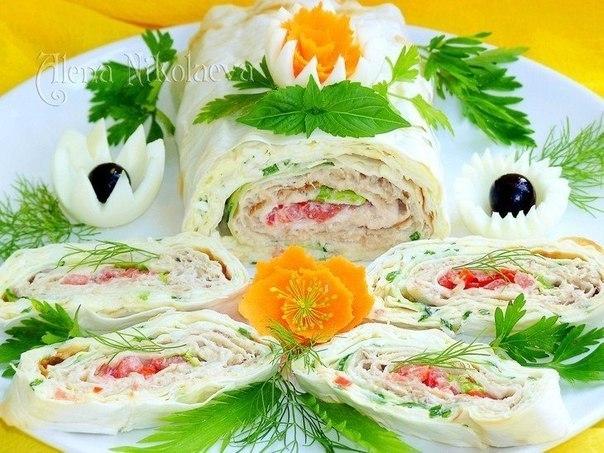 Фото к рецепту: Рулет с горбушей и помидорами