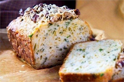 Фото к рецепту: Кекс с сыром и зеленью