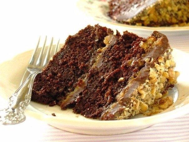 Фото к рецепту: Шоколадный торт с карамельной прослойкой