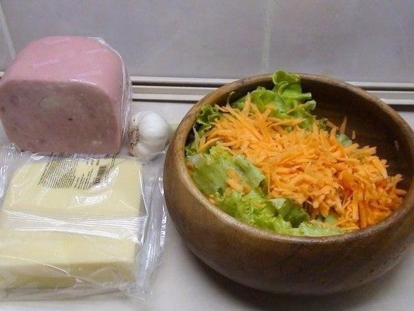 Фото к рецепту: Салат овощной с сыром и ветчиной
