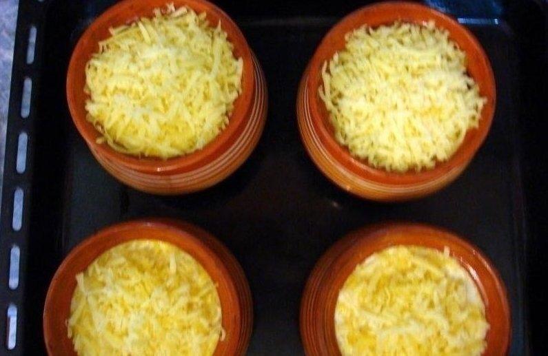 Фото к рецепту: Пельмени жареные в горшочке