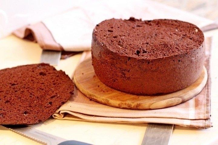 Фото к рецепту: Шифоновый бисквит с вишней