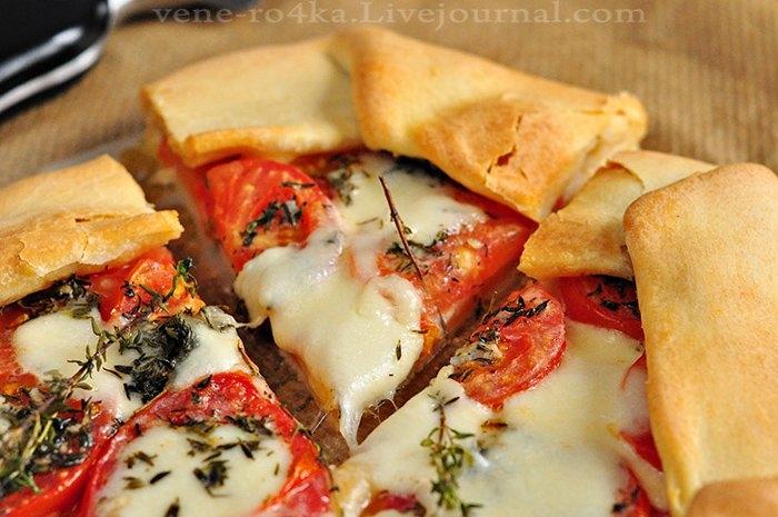 Фото к рецепту: Деревенская галета с помидорами, моцареллой и тимьяном