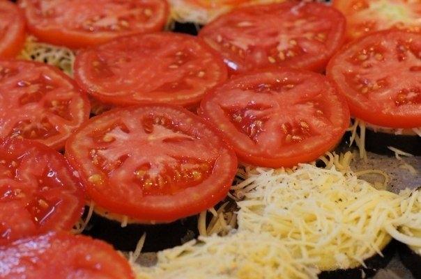 Фото к рецепту: Баклажаны кружочками в духовке с сыром и помидорами.