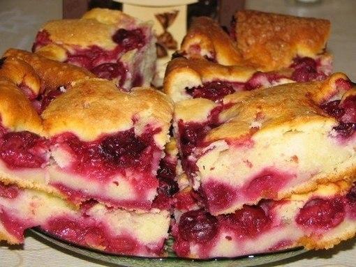 Фото к рецепту: Быстрый пирог с замороженными ягодами