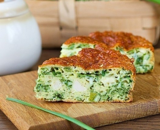 Фото к рецепту: Безумно вкусно-нежный пирог с зеленым луком, курицей и сырной корочкой.