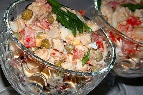 Фото к рецепту: Салат с куриной грудкой ,помидорами и зелёным горошком.