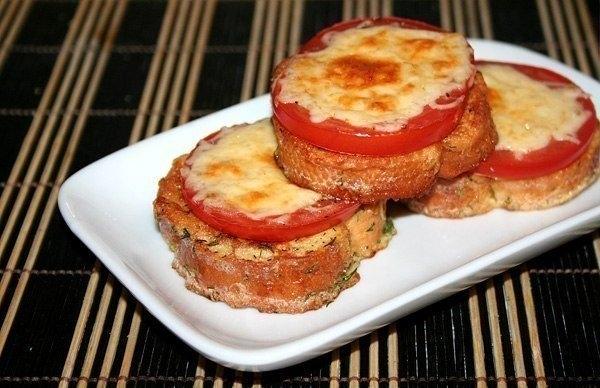 Фото к рецепту: Гренки с помидорами и сыром к завтраку