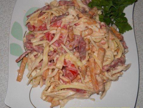 Фото к рецепту: Салат с капустой, колбасой и сухариками