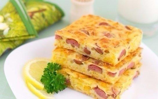 Фото к рецепту: Пирог с сыром и сосисками