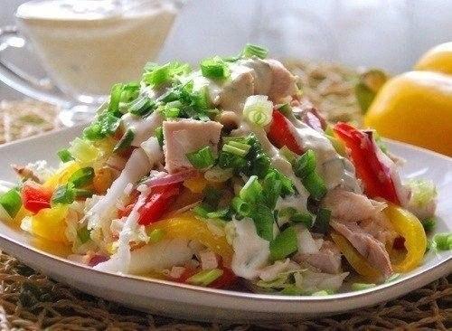 Фото к рецепту: Салат с куриным филе Радуга