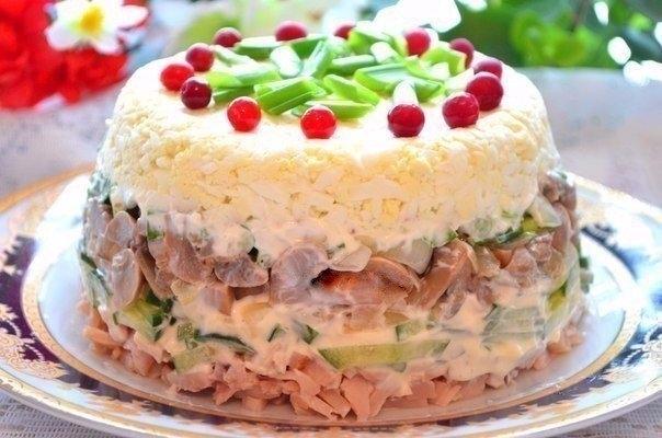 Фото к рецепту: Куриный салат с яйцами и грибами